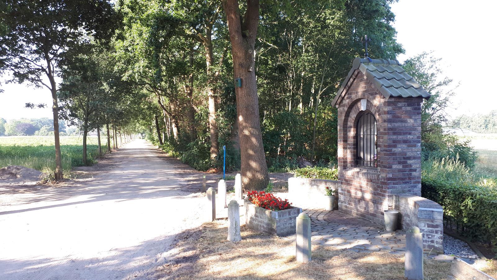 De Schrikkelvenstraat in Heesch, met rechts het Mariakapelletje.