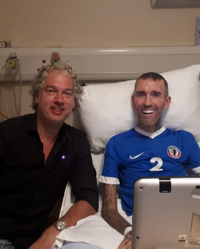 De Vries (links) en Ricksen in het Schotse ziekenhuis waar de oud-voetballer al een maand ligt.