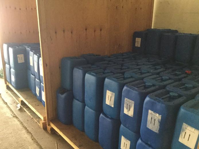 In Echt werden duizenden liters grondstof aangetroffen in een loods.