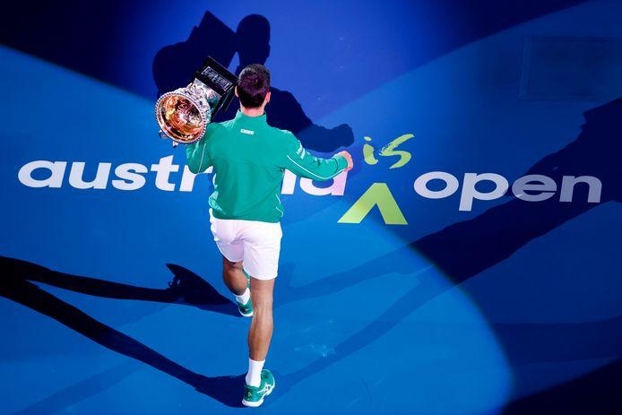 Novak Djokovic met zijn trofee op de Australian Open begin dit jaar.