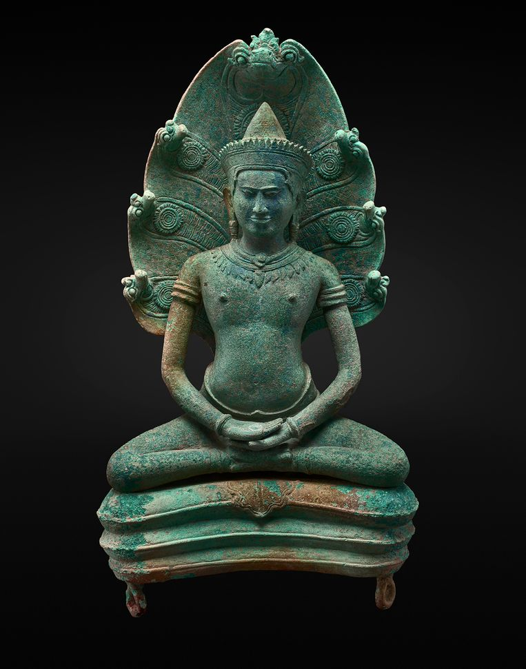 Boeddha Śākyamuni zittend op Mucilinda, Cambodja, Angkor, 12de eeuw. Ger Eenens Collection, The Netherlands/Wereldmuseum Rotterdam.  Beeld Erik en Petra Hesmerg