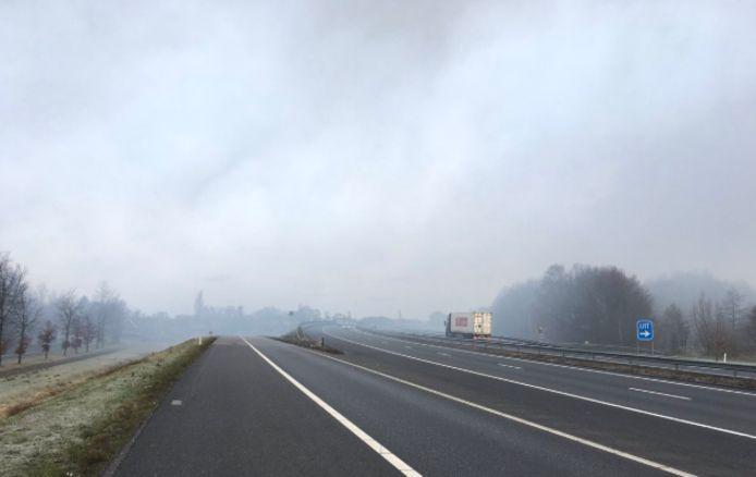 De rook trekt over de A73 door een brand in Horst.