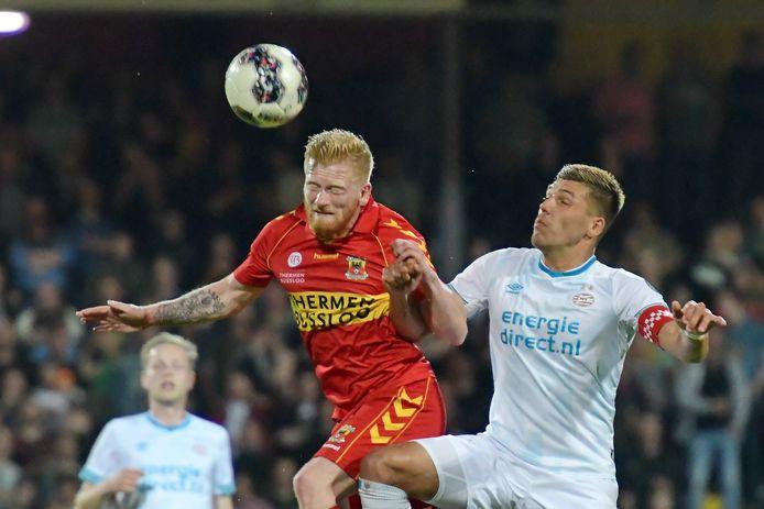 Richard van der Venne (Go Ahead Eagles) in duel met Joel Piroe van Jong PSV