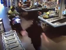 Motoragent scheurt dwars door supermarkt tijdens achtervolging