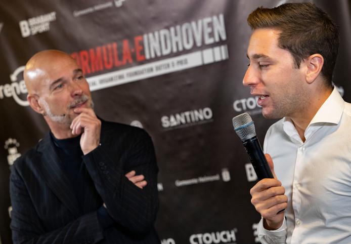 Presentator Rob Kamphuis en coureur Robin Frijns (r) tijdens de presentatie in Eindhoven.