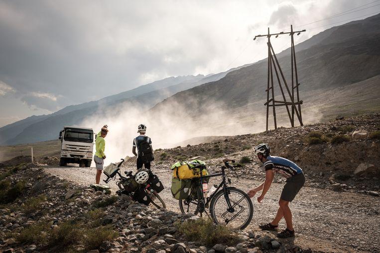 De Pamir Highway in Tadzjikistan, 2017, met fietsers Nedo Gubser en Mathias Jäger uit Zwitserland en Swinde Wiederhold uit Duitsland. Beeld Swinde Wiederhold