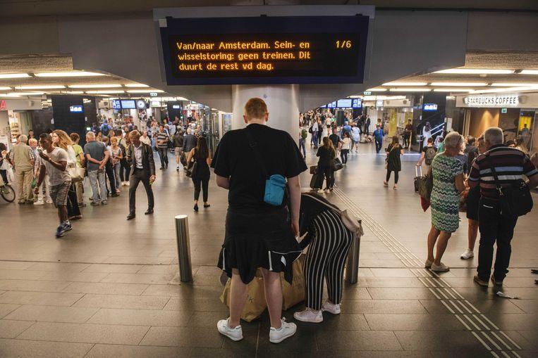 Gestrande reizigers op Amsterdam Centraal Station. Beeld null