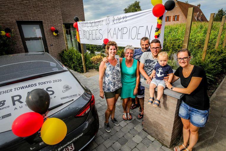 Buren Mart Hoorelbeke, Leen Dequeker, Patrick Hoorelbeke, Renzo Roose, Sara Ghysel en de kleine Siebe hebben een spandoek opgehangen om hun held vandaag te ontvangen.