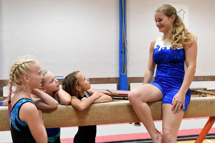 Clubheld Iris Polak van gymnastiek vereniging ALPHA met haar pupillen.