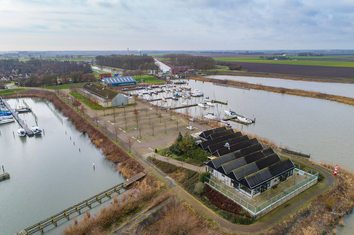 Jachthaven en voormalig restaurant Lands-End op de havenkade in Ketelhaven.
