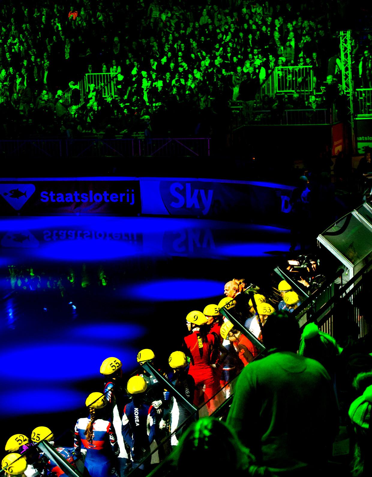 Deelnemers aan de aflossingsrace van een wereldbekerwedstrijd in Dordrecht (2018) worden met een lichtshow gepresenteerd.