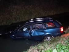 Auto belandt in de sloot na botsing met vrachtwagen op A73, bestuurder door politie meegenomen voor verhoor