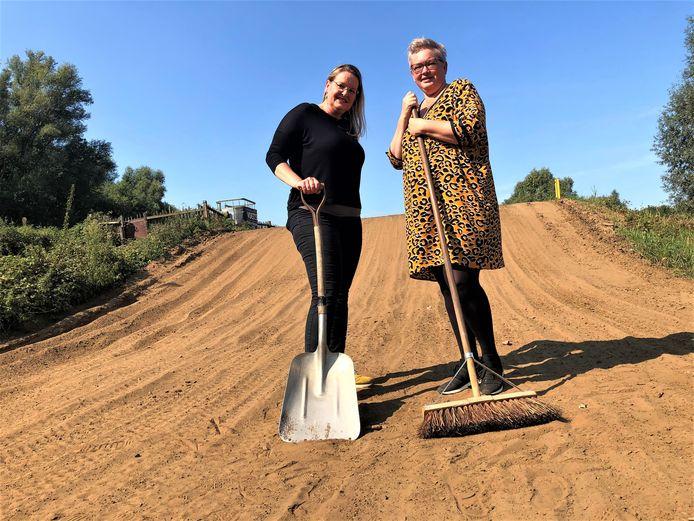 Christel Heijmans (l) en Angela Boselie (r) werken aan een kabouterpad bij het Dungens Gat.