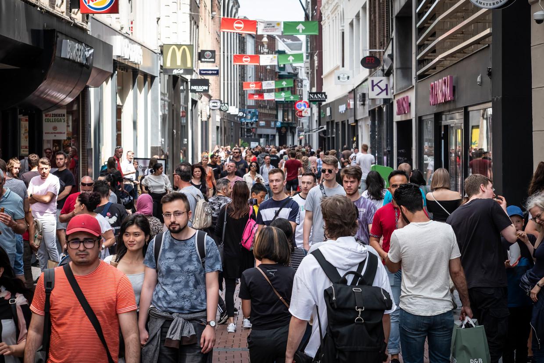Drukte in de Amsterdamse binnenstad. Beeld Dingena Mol