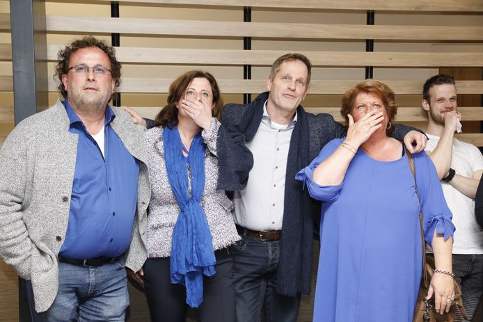 Leden van de VVD Elburg op een archieffoto tijdens de uitslagenavond van de gemeenteraadsverkiezingen op 21 maart 2018. Van links naar rechts: Rick van Velthuijsen, Marga Schoots, Patrick Gaynor (nu heemraad geworden bij Waterschap Vallei en Veluwe), Els Baauw (regisseur VVD Elburg).