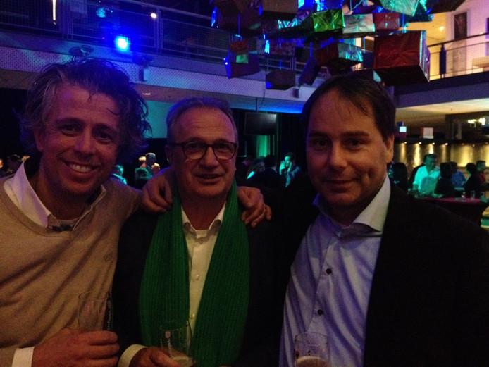 Bart Claassen (rechts) met Jan Goijaarts (midden) en Coen Hendriks van het CDA tijdens de verkiezingsavond.