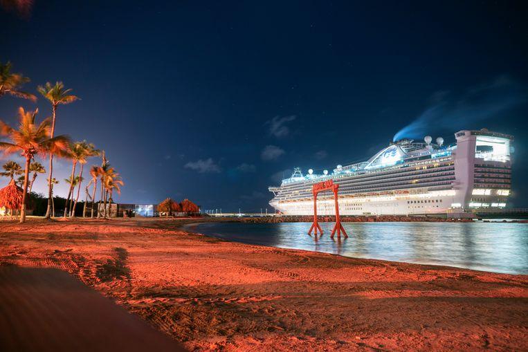 Uitzicht op een leeg cruiseschip vanaf Mangrove Beach. Beeld Els Zweerink