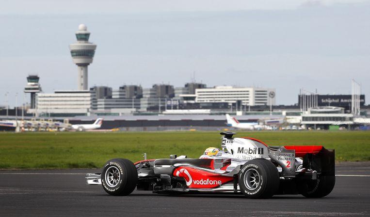 In 2010 reed Lewis Hamilton met zijn Formule 1-auto over de startbaan van Schiphol. Beeld ANP