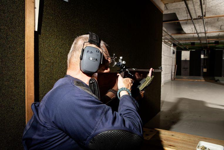 Beginners mogen alleen met een geweer schieten, niet met een pistool. Beeld Niels Blekemolen