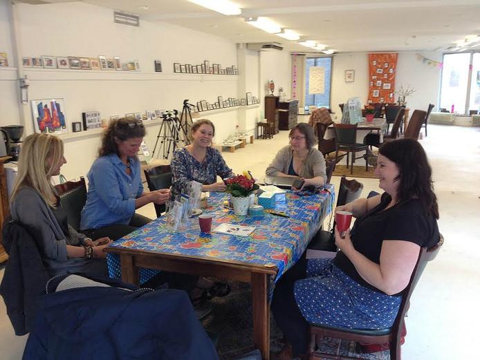 Aan tafel in de huiskamer van Marie en Antoinette. Van links naar rechts: Maruja Gutierrez, Florence Diemont (beide van Volop Den Bosch), Mirjan van de Hel (Vlekkendingen), Gosia Vissers (Mijn animatie) en Femke Wesly (Marie van Marie en Antoinette).