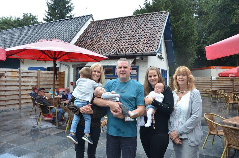 Geert en Carina samen met hun kinderen en kleinkinderen voor de horecazaak in het Bospark.