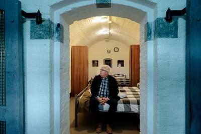 Martin van Drunen in de kamer in fort Bakkerskil waar zijn moeder zat opgesloten.