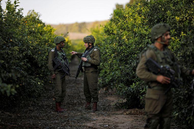Israelische soldaten patrouilleren langs de grens tussen Israël en Gaza.