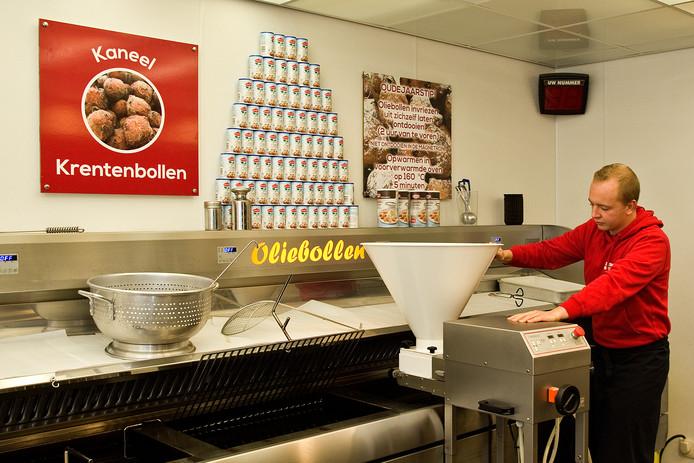 Oliebollenbakker Johnny Veldmeijer in zijn  kraam bij de Intratuin in Hendrik-Ido-Ambacht