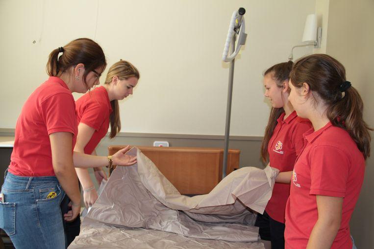 35 studenten van het Sint-Jozefsinstituut hielpen onder andere bij het opmaken van de bedden.