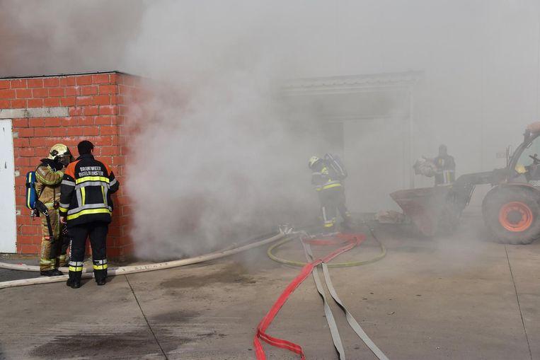 De brand ging tot rond de middag gepaard met een stevige rookontwikkeling.