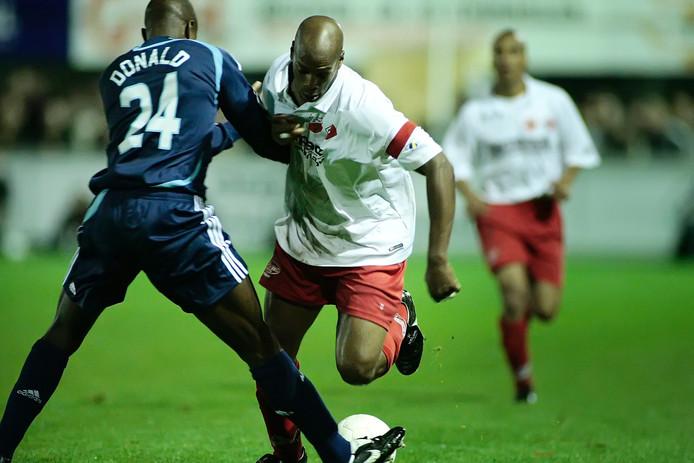 Kozakken Boys tijdens de eerdere bekerontmoeting met Ajax. Mitchell McDonald duelleert met Leo Koswal.