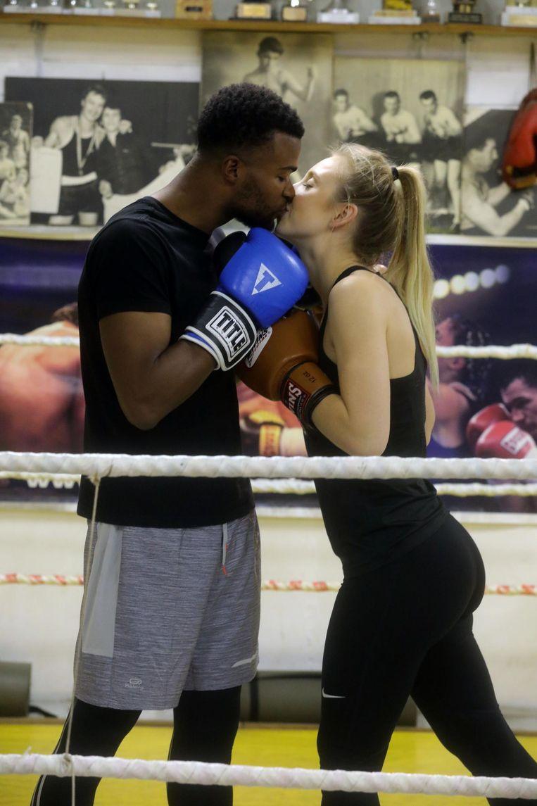 Kikoto Landry en Laurence Dewaele geven elkaar een innige kus in de boksring.