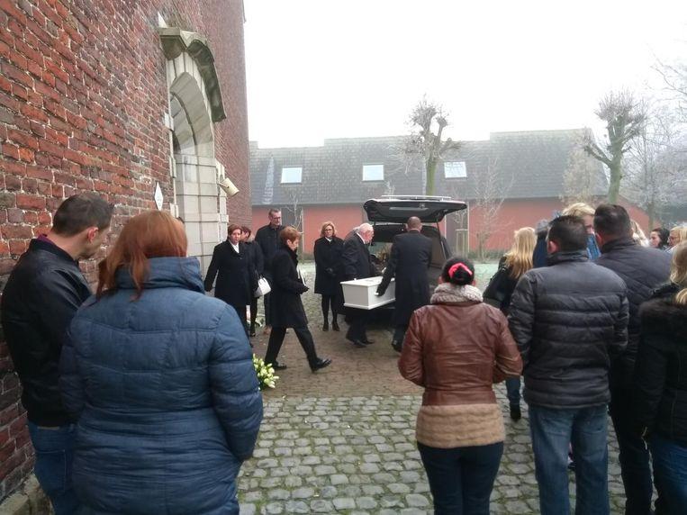 Het witte kistje van Elly (foto inzet) wordt uit de kerk gedragen.