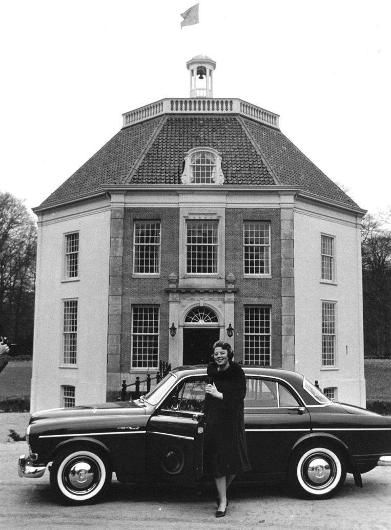 Prinses Beatrix in 1967 voor kasteel Drakensteyn. Beeld anp