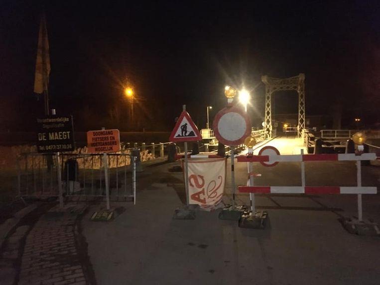 De brug werd tijdelijk afgesloten voor alle gemotoriseerd verkeer.