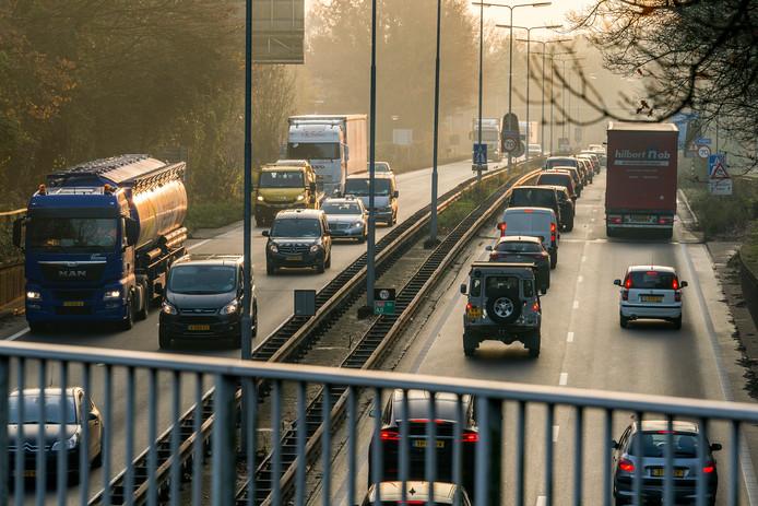 Nederland,  Vught, het slechte wegdek van N65 bij Vught.