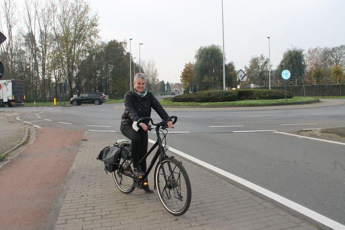 Mobiliteitsschepen Trui Lambrecht aan de rotonde van de Meulebekestraat en Ringlaan.