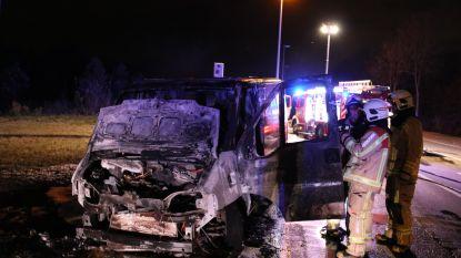 Bestelwagen gaat in vlammen op na kortsluiting aan motor