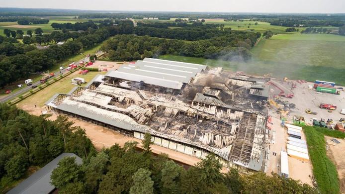De ravage die de brand heeft aangericht is vanuit de lucht goed te zien.