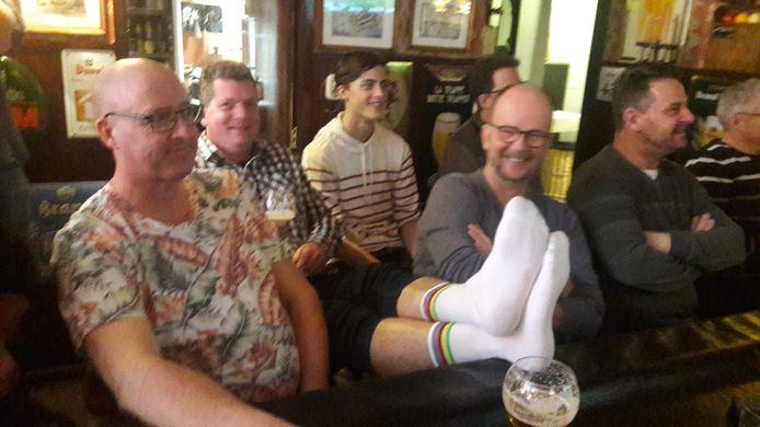 In de slotronde zijn de supporters zeker van hun zaak en worden de regenboogsokken alvast boven tafel gehaald.