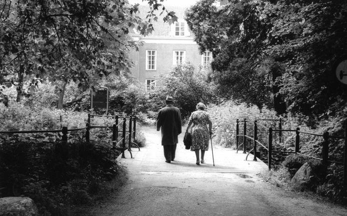 Twee wandelaars op de toegangsbrug aan de noordzijde van het landhuis Oud Amelisweerd. De foto is gemaakt in 1965