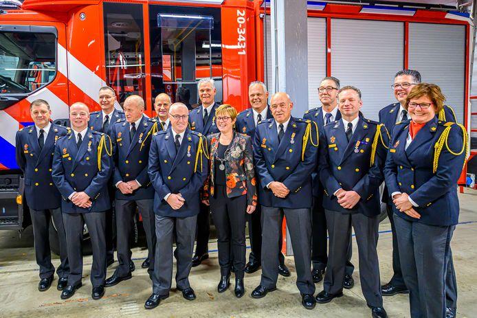 Burgemeester Miranda de Vries heeft Koninklijke onderscheidingen uitgereikt aan dertien brandweerlieden in Etten-Leur.