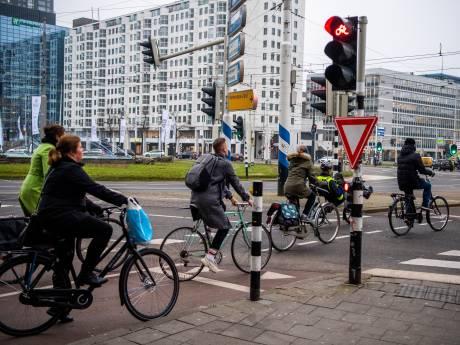 Eindeloos wachten op groen bij het Hofplein? Zelfs de braverik doet dat niet meer
