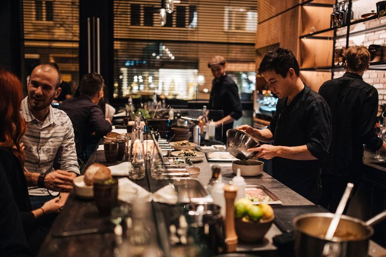 Koppels zijn 's avonds welkom aan de bar van Mesa