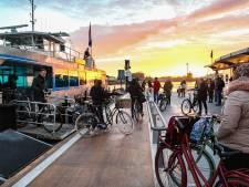 Met de Waterbus tijdens afsluiting Wantijbrug: 'Als dit goed bevalt, blijf ik fietsen'