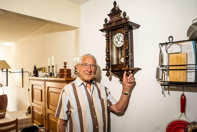 Jan Loos met zijn klok.