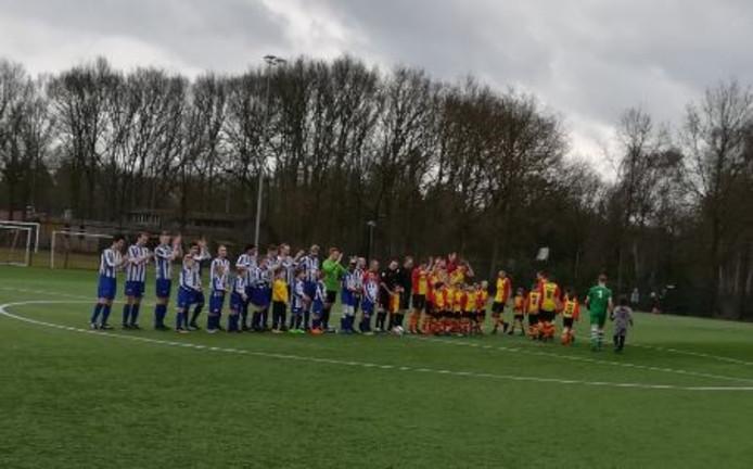 De spelers van Dalfsen en USV bedanken het publiek voordat de derby begint.