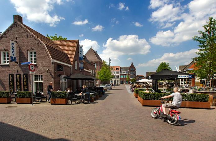Het extra terras van Markt 8 zorgt voor een nauwe doorgang op de Markt in Asten.