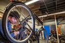 De Kringloop in Tilburg heeft een eigen fietsenmakerij.