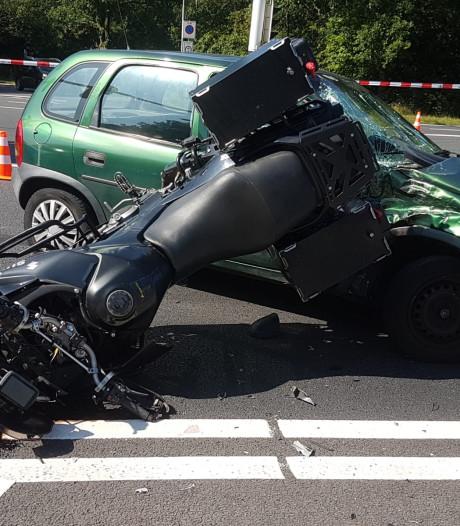 Motorrijder zwaargewond na ongeluk bij Delden op weg met defect verkeerslicht